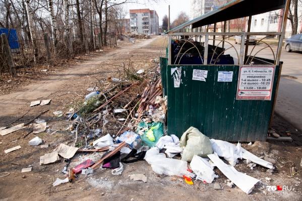 Жители «Пятёрки» не могут достучаться до коммунальщиков с просьбой прибраться у помоек