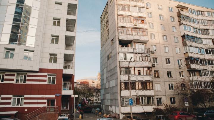 Жильцы многоэтажки в центре Тюмени возмутились, что коммунальщики содрали с торца дома обшивку