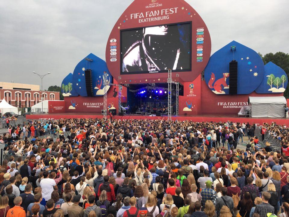 А сейчас площадь перед сценой выглядит вот так
