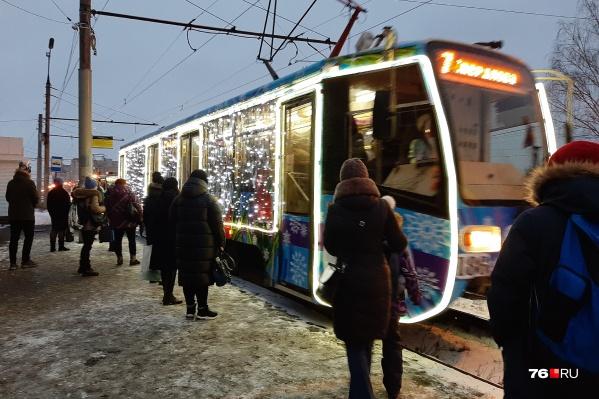 Управляют новогодним транспортом водители в костюмах Снегурочек и Дедов Морозов
