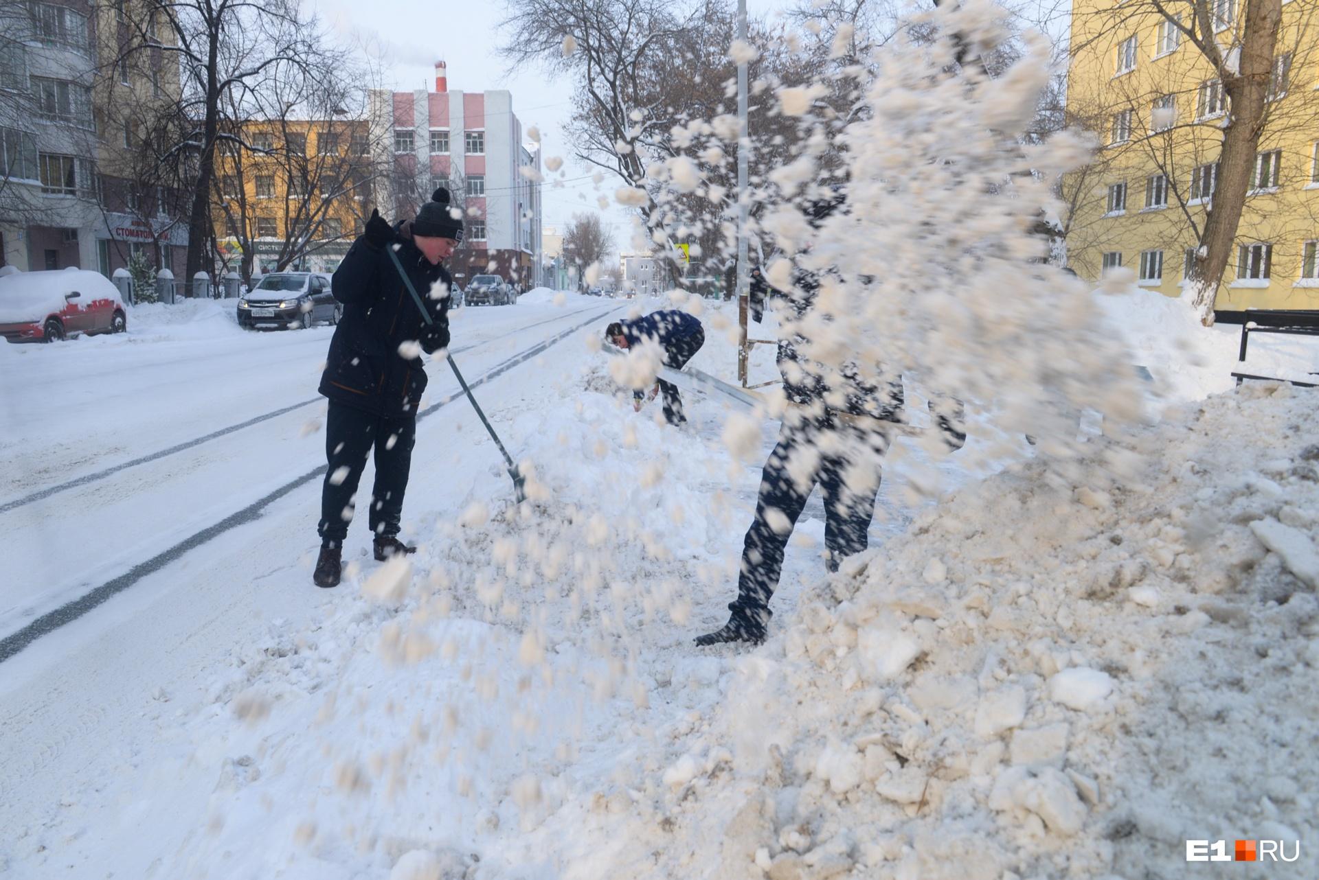 У общежития на Мельникова студенты убирали снег сами