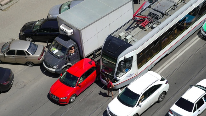 Столкнулся с машиной: трамвай остановил движение в Ростове