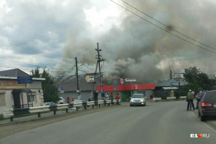 Когда начался пожар, в здании были только сотрудники магазина. Они эвакуировались еще до приезда спасателей