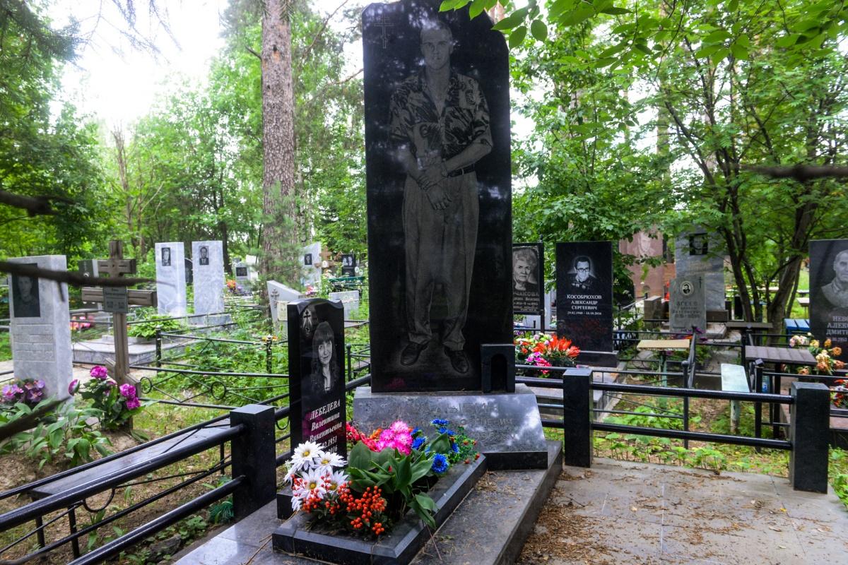А рядом с «центровыми» — «уралмашевцы». Владимир Жулдыбин изображен с двумя сверкающими перстнями на пальцах. На шее у него тяжелая золотая цепь