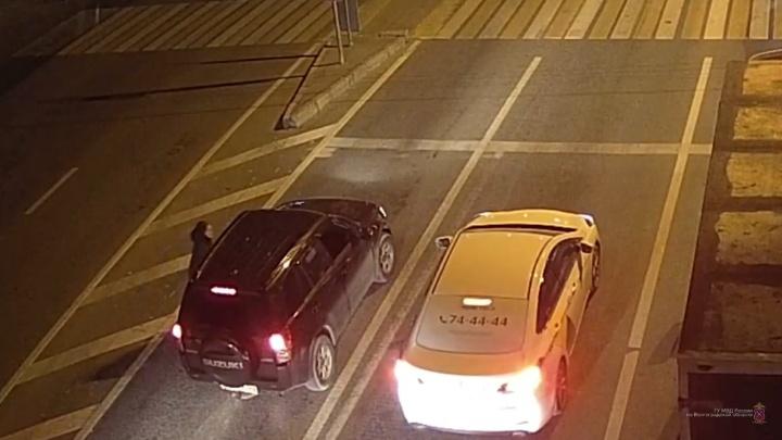 «Хотели разобрать на запчасти»: в Волгограде таксисты вместе со своими дамами угнали иномарку
