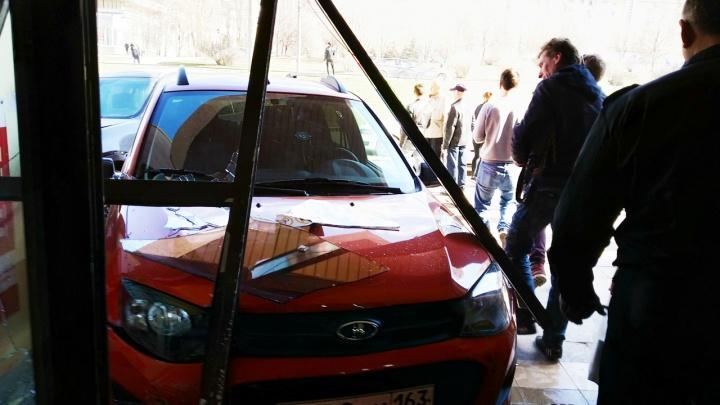 В Самаре «Калина» влетела в ТЦ «Мелодия» после ДТП с тремя автомобилями