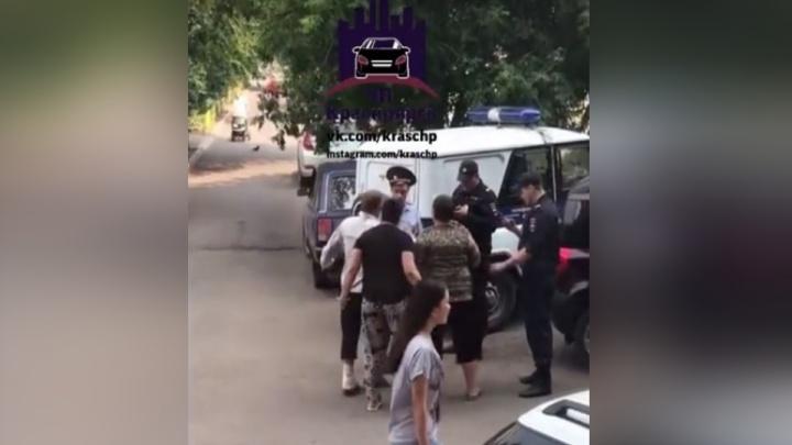 Агрессивная любительница выпить развязала драку с полицией из-за задержания приятеля