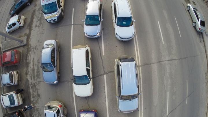 Утро не задалось: автомобилисты встали в глухую пробку на выезде с Затулинки