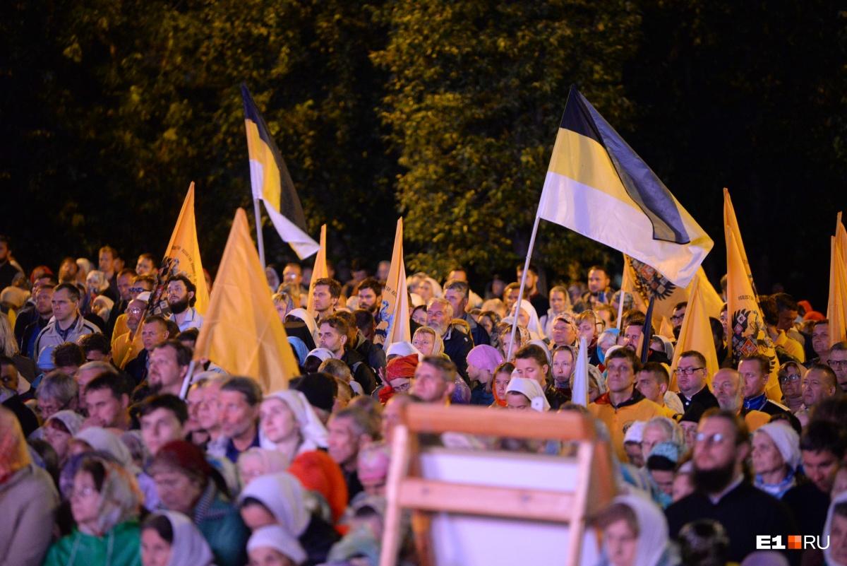 Среди верующих было много людей с флагами Российской империи