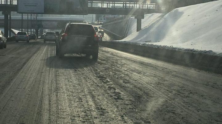 Дороги Новосибирска покрылись толстым слоем грязи