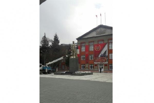 Памятник установлен после 9 декабря 1970 года