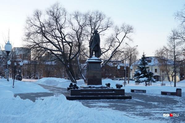 Вопросы о сносе памятника и сквера задают редкие жители и общественники, потому что внимание привлечено к другим темам