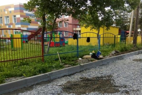 Парковка рядом с забором садика будет гостевой, пояснили в мэрии