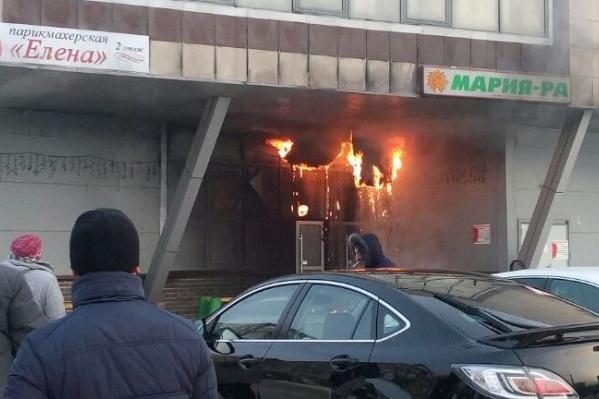 По информации МЧС, в магазине загорелась стена