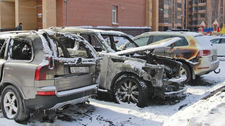 Во дворе элитного дома сгорели машины на три миллиона рублей