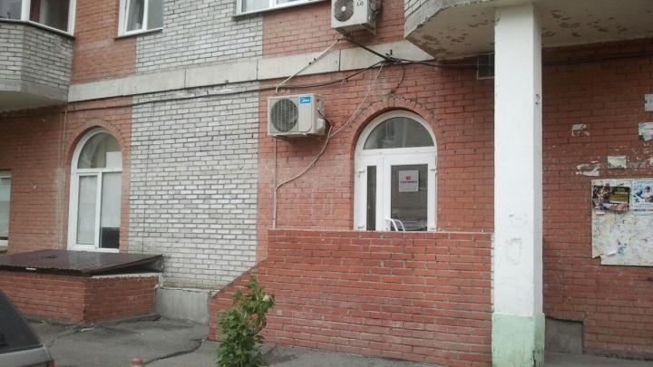 В Красноярске друзья должницы избили 7 коллекторов. Первое видео