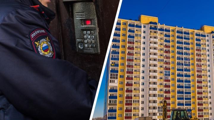 Жители Первомайки пожаловались в полицию на подозрительную пару, заманивающую детей к себе домой