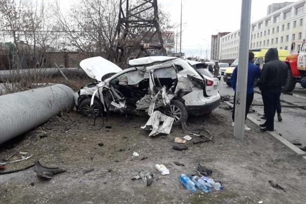 Удар пришелся на сторону водителя. Девушка получила множественные травмы, врачи буквально вытащили ее с того света