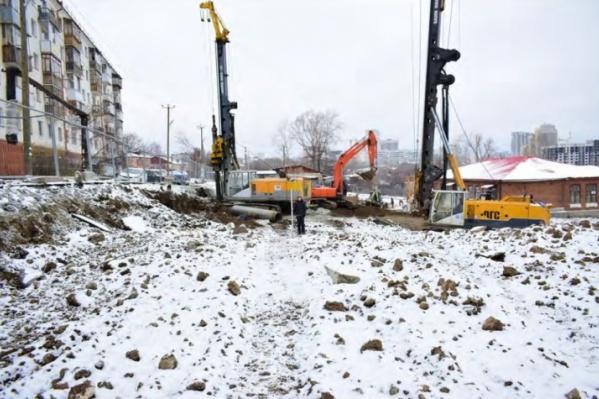 Дом должны были построить на территории объекта культурного наследия «Школа земская». Работы согласовали с Управлением госохраны памятников