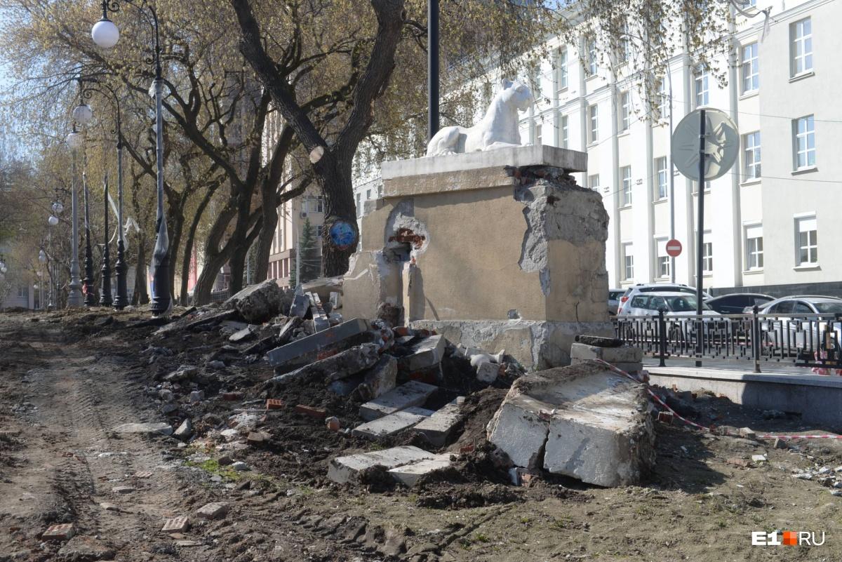 «Такого варварства ещё не видел»: в сквере за Оперным театром разбили постаменты со львами