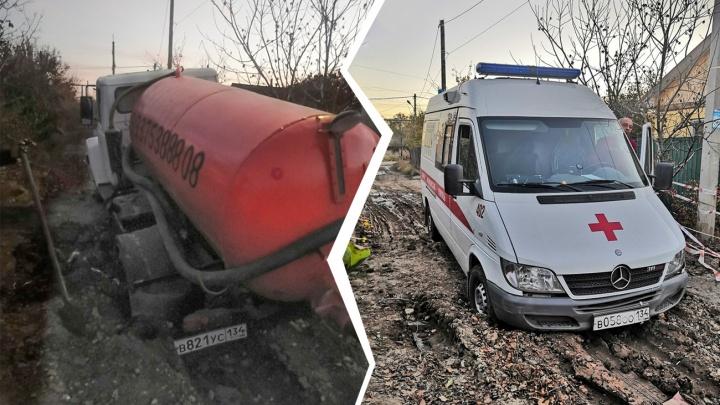 «Скорая на вызове была»: в Волгограде в одну и ту же яму провалились две машины