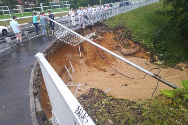 Построенная чуть более года назад дорога не выдержала июньских ливней