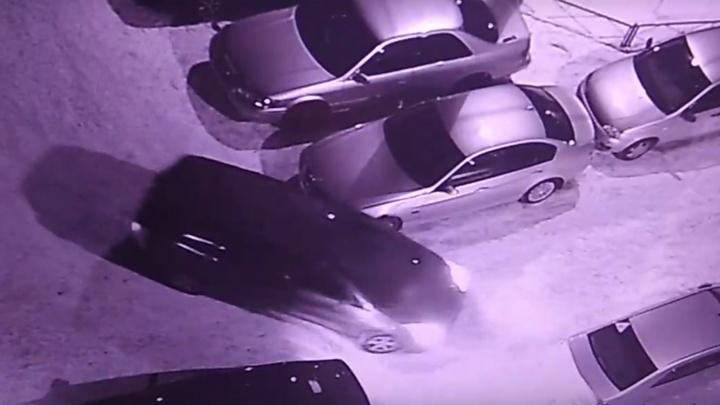 Владелец поцарапанного BMW объявил о поисках виновника в соцсетях и вызвал шквал гнева за парковку