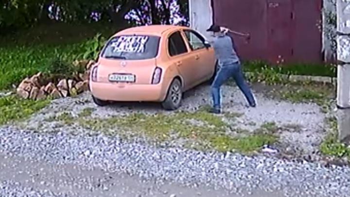 Новосибирец набросился с топором на машину соседки