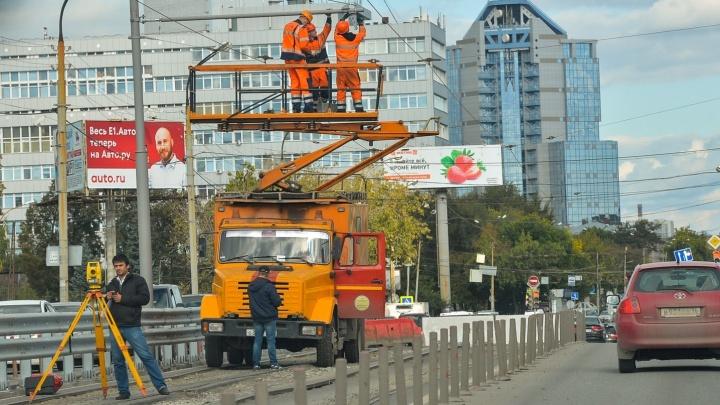 На Макаровском мосту начали убирать трамвайные провода