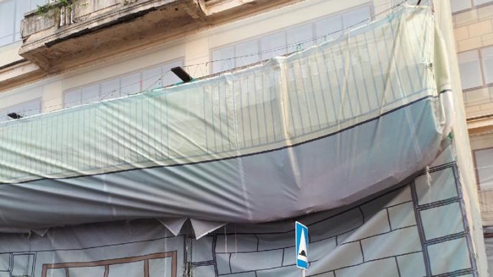 «Того и гляди на башку свалится»: отвалившийся балкон гостиницы «Россия» держит только фальшфасад