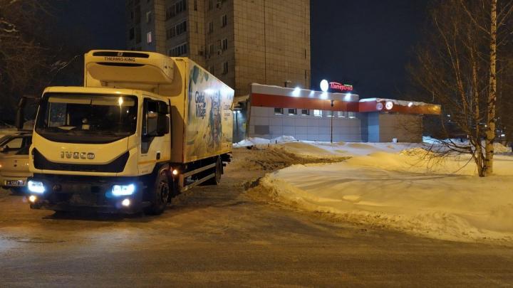 Рядом с магазином «Пятёрочка» на Карпинского грузовик сбил 38-летнюю женщину