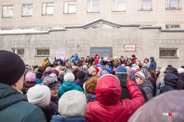 У стен больницы №7 собрались несколько сотен человек