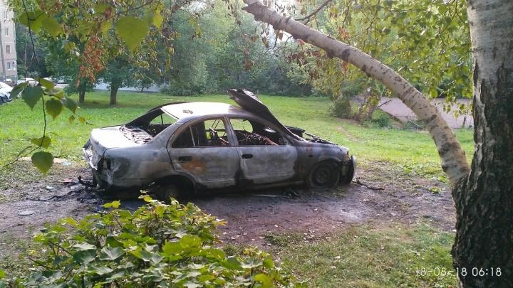 В Уфе подожгли припаркованную на газоне иномарку
