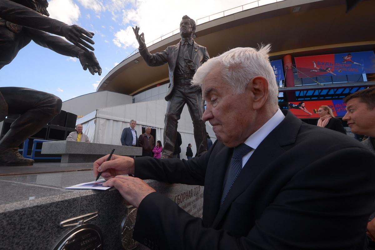 Николай Карполь раздает автографы на открытии скульптурной группы