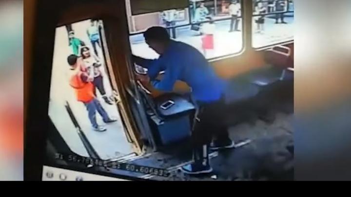 Потасовка в трамвае на Вторчермете, где агрессивный пассажир напал на кондуктора, попала на видео