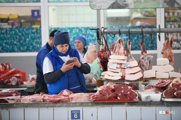 Больше всего на рынке мясных рядов, но продавцов с годами стало меньше
