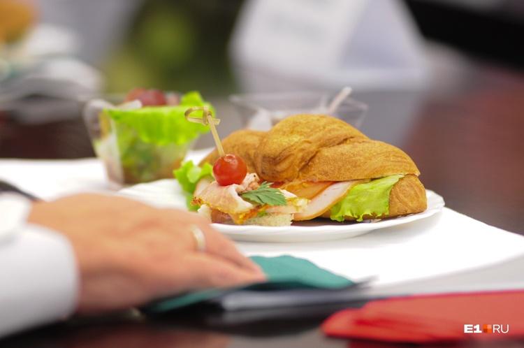 Последнее принятие пищи должно быть за 3–4 часа до сна, а спать ложиться лучше в 10 вечера