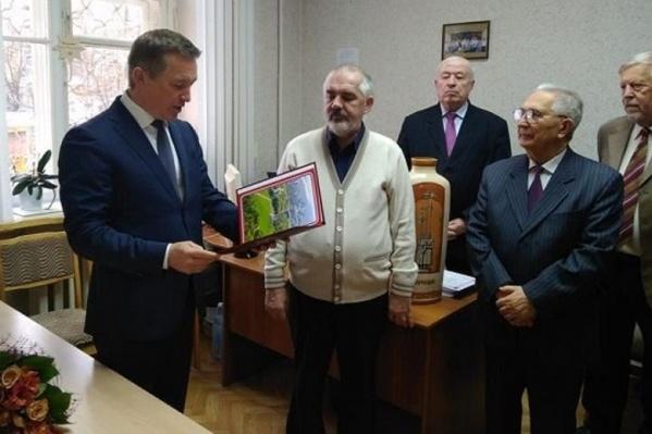 Единоросс Владлен Колесников вручает Владимирову очередную грамоту