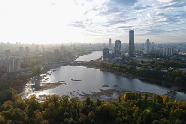 """Сравнить с тем, как мост выглядел летом, можно в фоторепортаже, который <a href=""""https://www.e1.ru/news/spool/news_id-65074501.html"""" target=""""_blank"""" class=""""_"""">Владимир Задумин снял&nbsp;в июне</a>"""