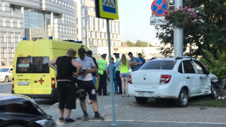 Авария в центре Уфы: дорогу не поделили«Лада Гранта» и BMW