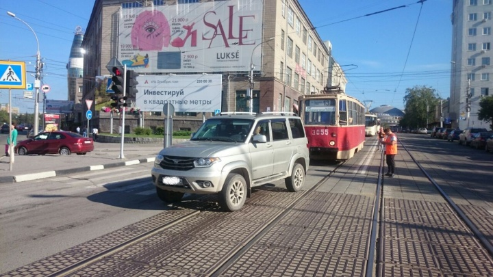 Трамвай № 13 два раза подряд ударил УАЗ, вставший у него на пути