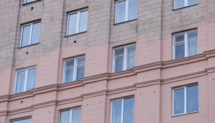В мэрии разобрались, кто разрешил закрасить исторический фасад дома в центре Челябинска
