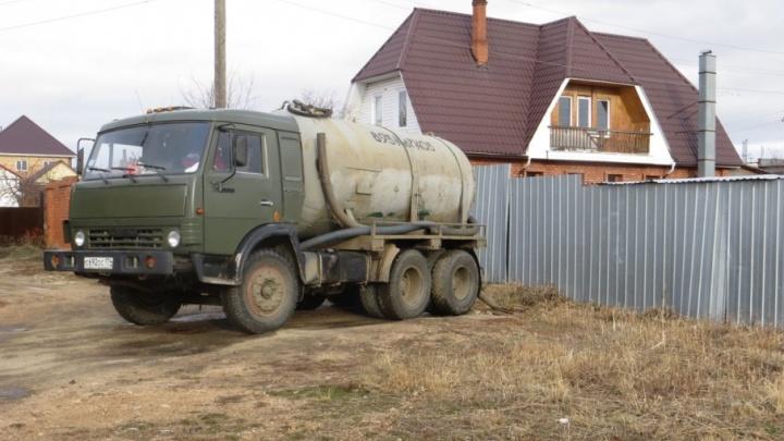 «Как людям здесь жить?»: в пригороде Челябинска возобновили слив нечистот под забор жилого дома