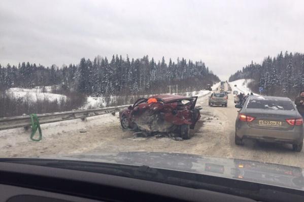 В результате аварии в одной из машин оказалась зажата пассажирка. Женщину достали и увезли в больницу
