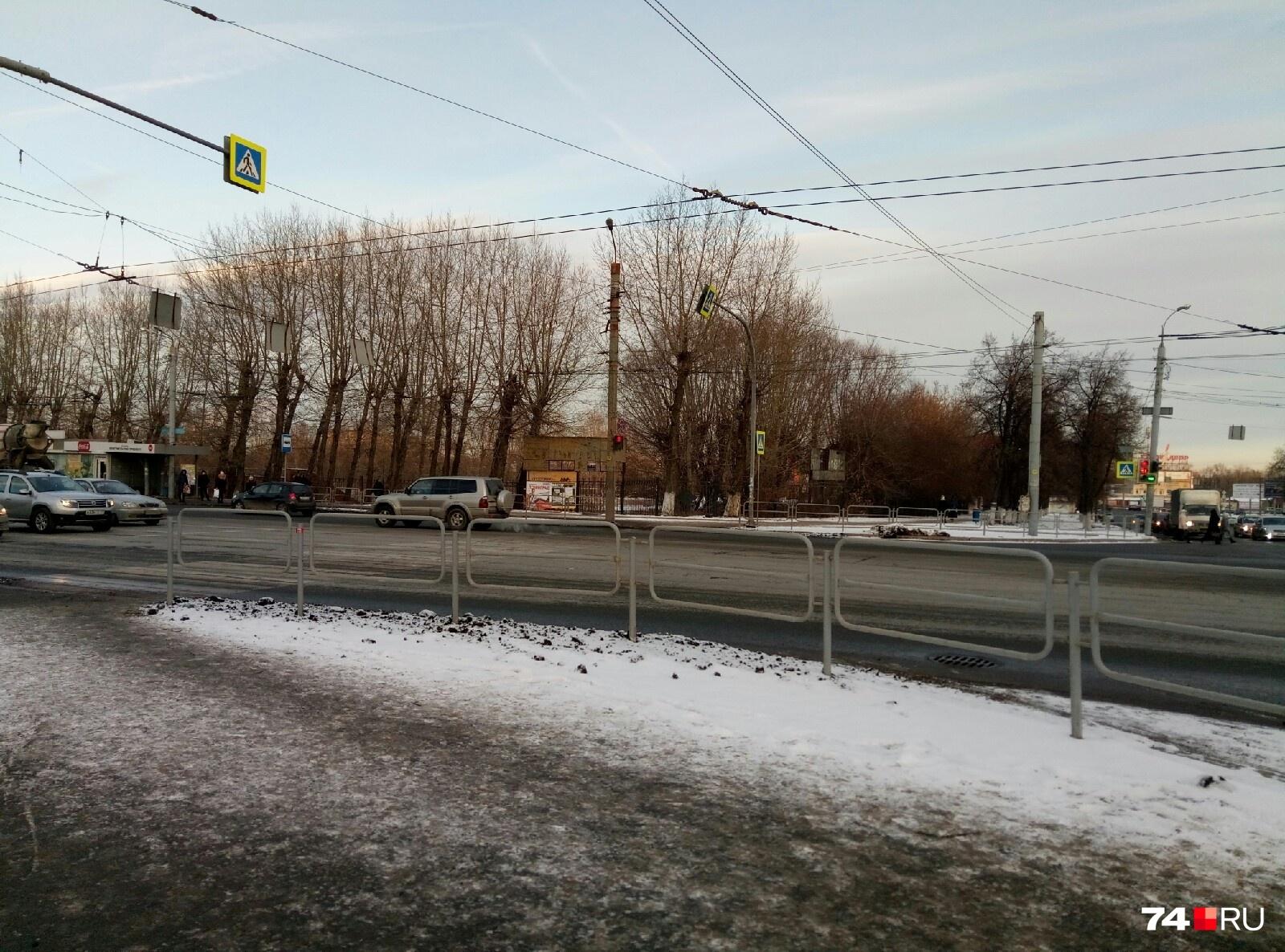 Он находится на оживленном перекрестке Свердловского и Комсомольского проспектов