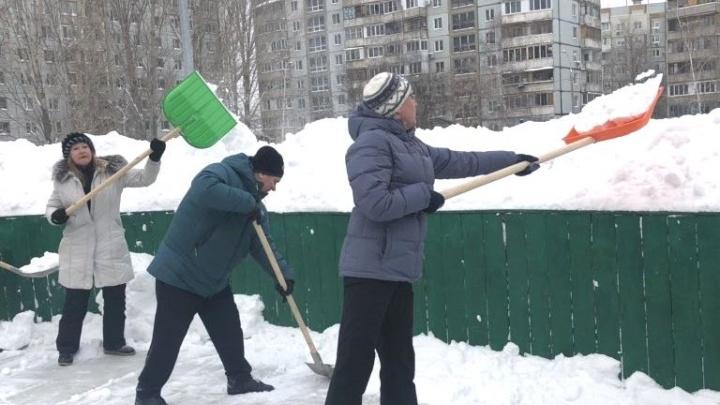 Вот так невидаль! Смотрим, как мэр Лапушкина с чиновниками убирает снег в Самаре