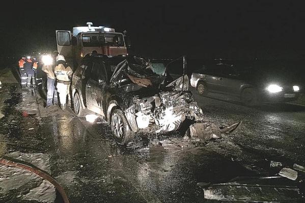 От автомобиля почти ничего на осталось, ударом размозжило капот и лобовое стекло