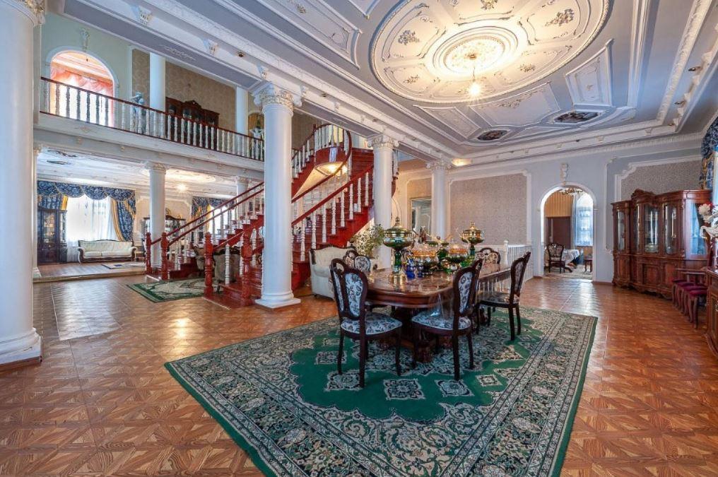 Дом богато украшен