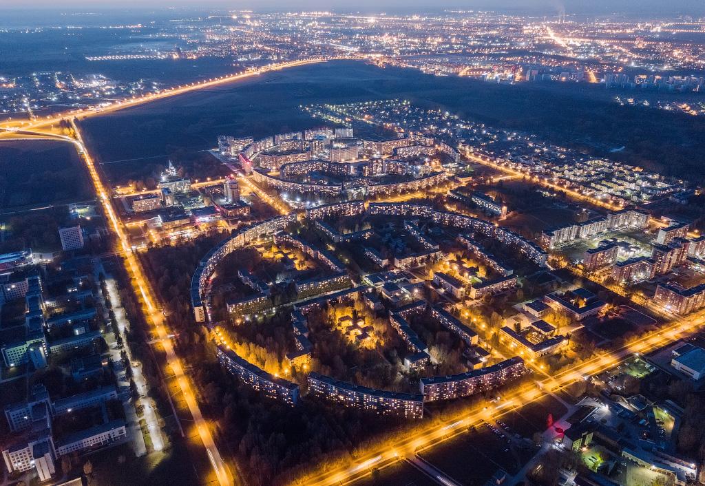 Дома в Краснообске, расположенные кругом. Снимок сделан в конце лета