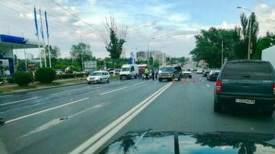 С поворота в третий ряд: видео момента жуткого ДТП с мотоциклом и грузовиком в Волгограде